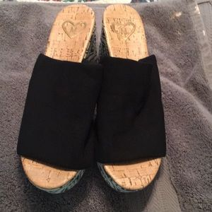 Black wedges with design